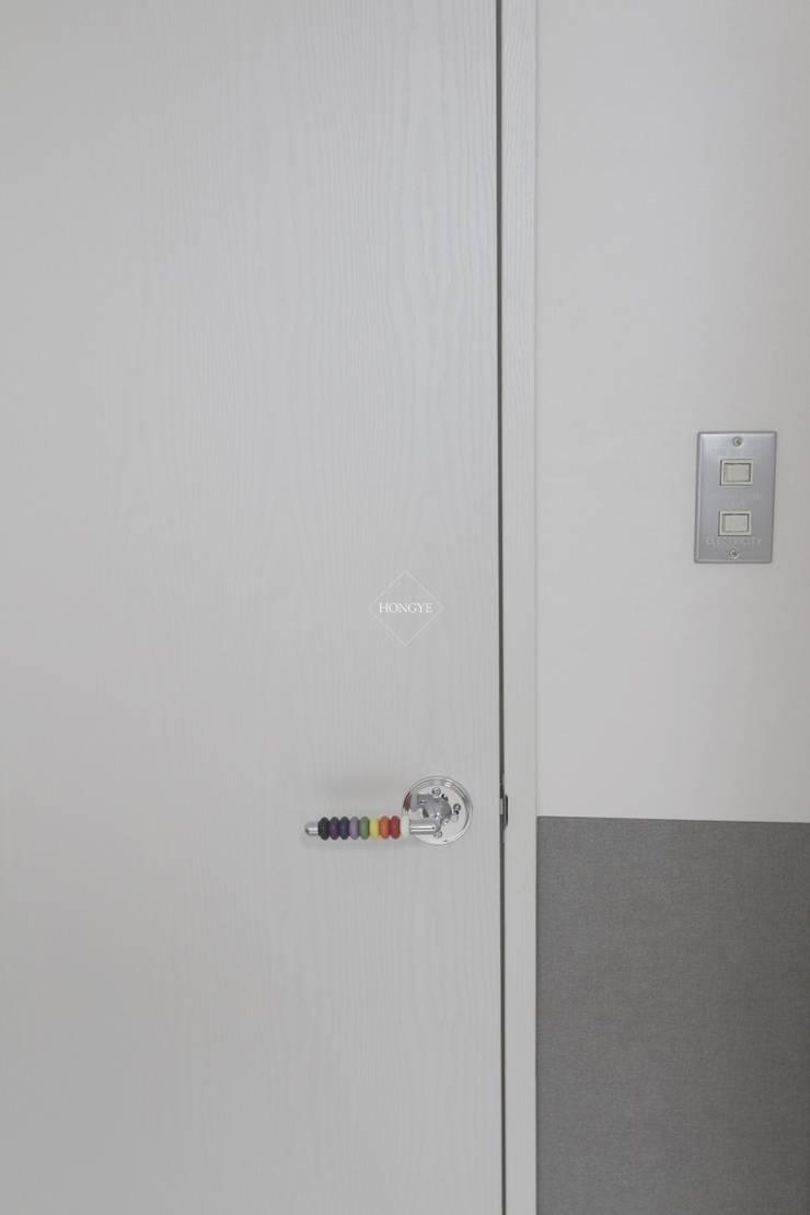 모던하고 깔끔한 느낌의 27평 아파트 인테리어: 홍예디자인의 현대 ,모던