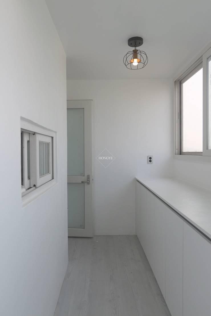 모던하고 깔끔한 느낌의 27평 아파트 인테리어: 홍예디자인의  베란다,모던