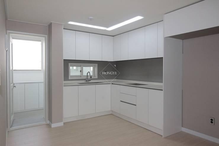 모던하고 깔끔한 느낌의 27평 아파트 인테리어: 홍예디자인의  주방,모던