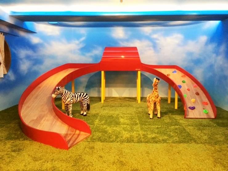 木で作られた滑り台: 株式会社KIMURA  bi-Artが手掛けた子供部屋です。