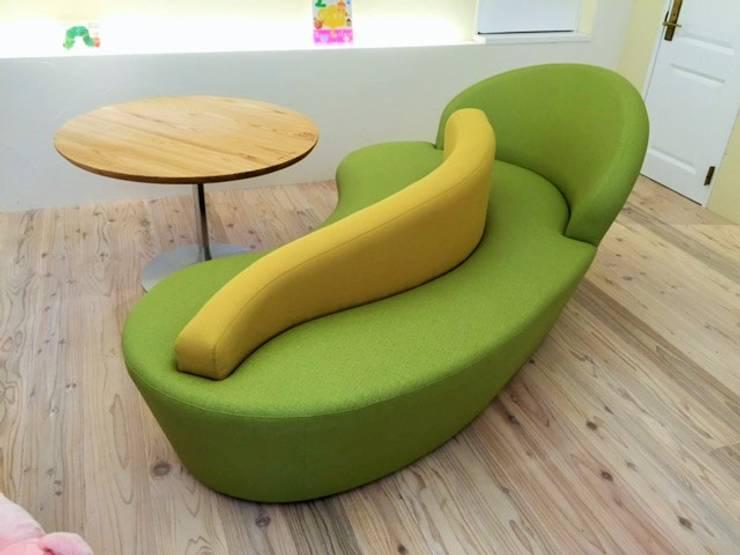 子供達とママの集まるスペース: 株式会社KIMURA  bi-Artが手掛けた多目的室です。