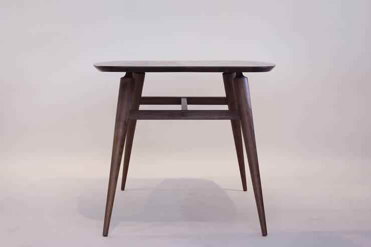 Handwerker R-1 table: HANDWERKER의  다이닝 룸