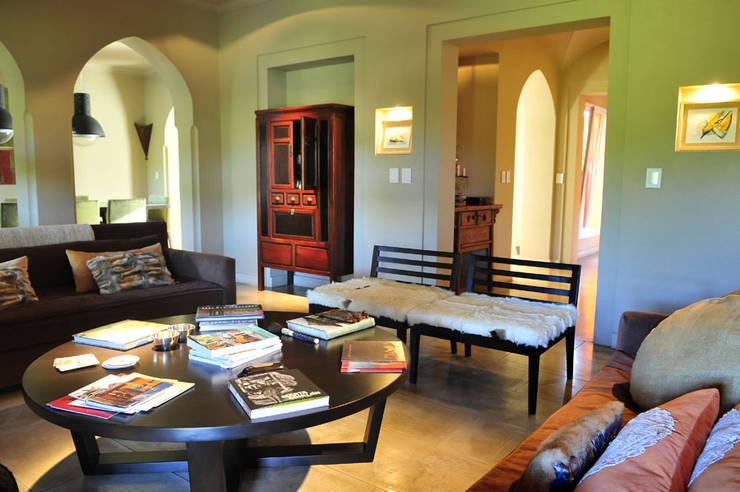 Salas / recibidores de estilo  por Estudio Moron Saad, Moderno