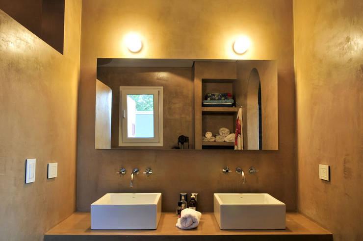 modern Bathroom by Estudio Moron Saad