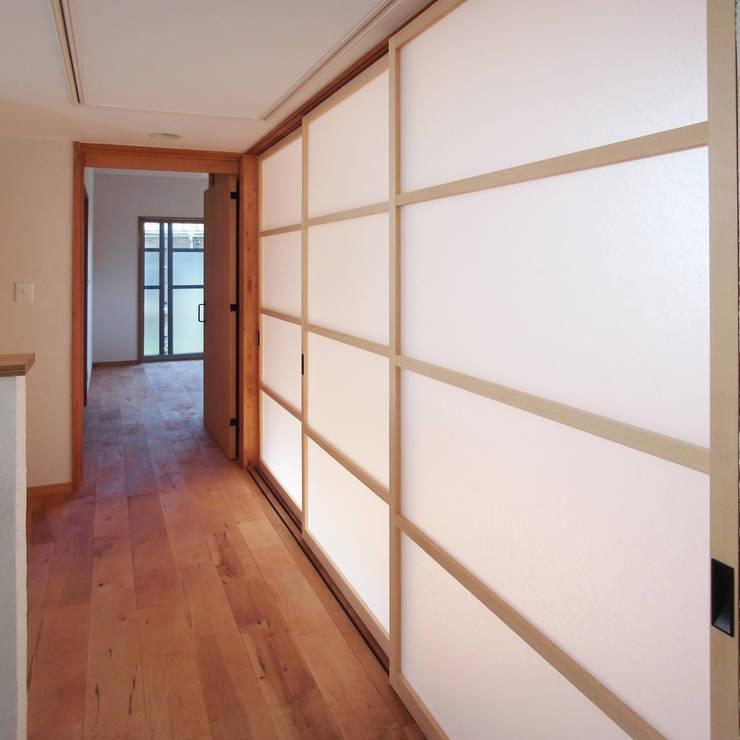 自然素材を生かした家: ユミラ建築設計室が手掛けた廊下 & 玄関です。