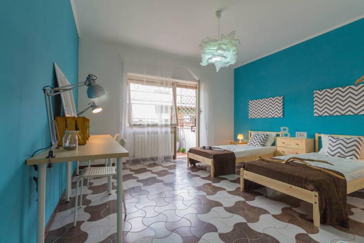 LA CASA DEGLI STUDENTI: Camera da letto in stile  di Erina Home Staging