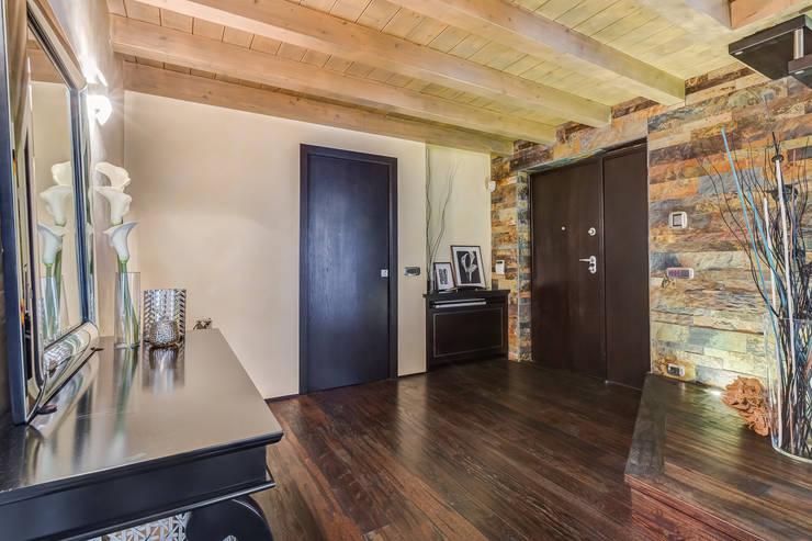 Pasillos y recibidores de estilo  por Erina Home Staging