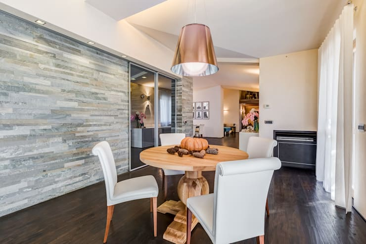 OPEN SPACE IN VILLA: Sala da pranzo in stile  di Erina Home Staging