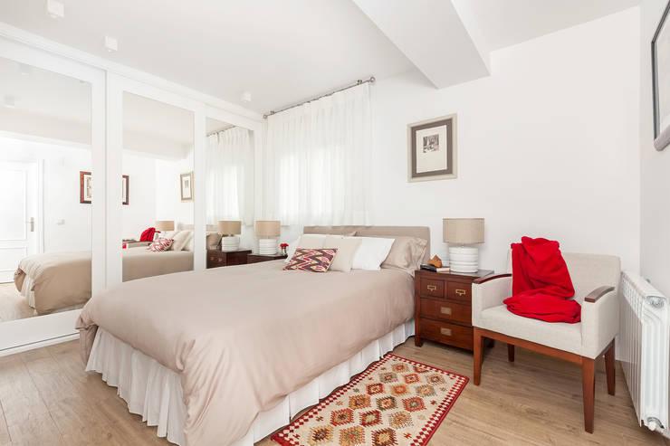 Camera da letto in stile in stile Classico di itta estudio