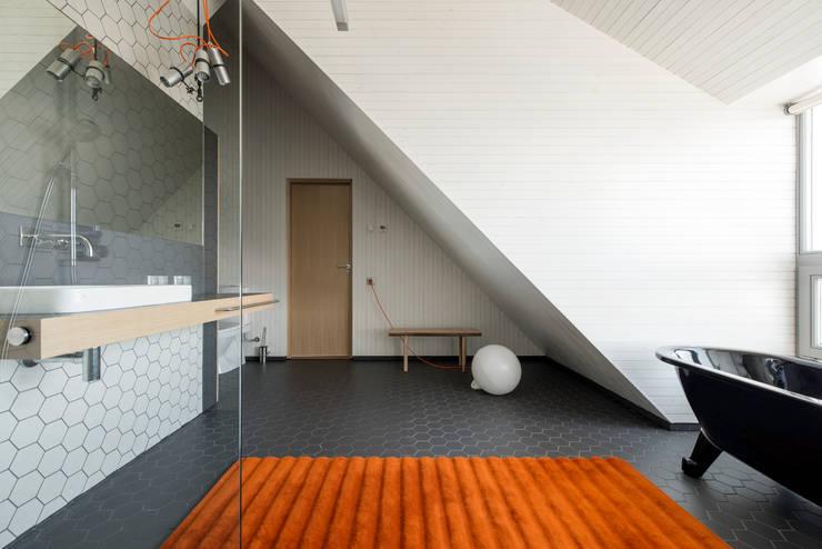 Minimalistisches Bad mit Farbklecks: minimalistische Badezimmer von Baltic Design Shop
