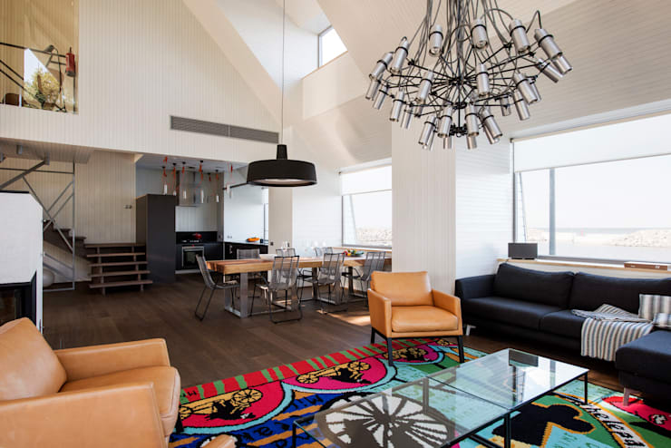 Wohnzimmer mit vielen Ecken und großzügigen Accessoires :  Wohnzimmer von Baltic Design Shop