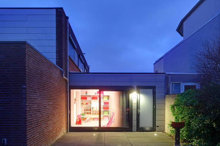 uitbreiding woonhuis:  Kinderkamer door JMW architecten, Modern Glas