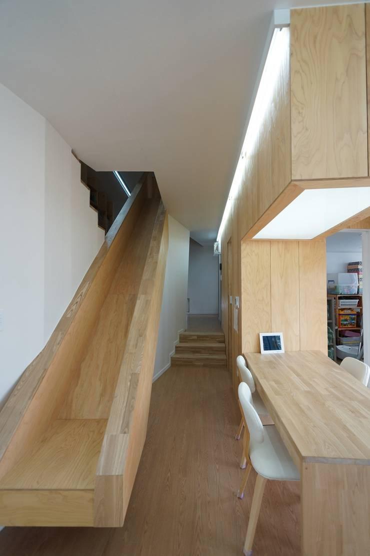Loop House 무한궤도 하우스 : ADMOBE Architect의  복도 & 현관