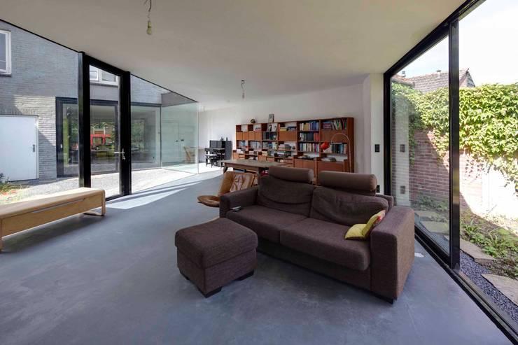 uitbreiding woonhuis: moderne Woonkamer door JMW architecten