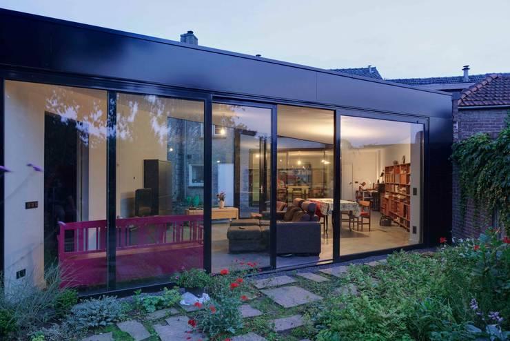 Casas de estilo moderno por JMW architecten