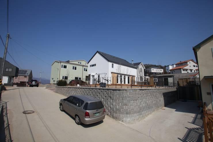 Sunlight House 빛이 쏟아지는 집: ADMOBE Architect의  주택,