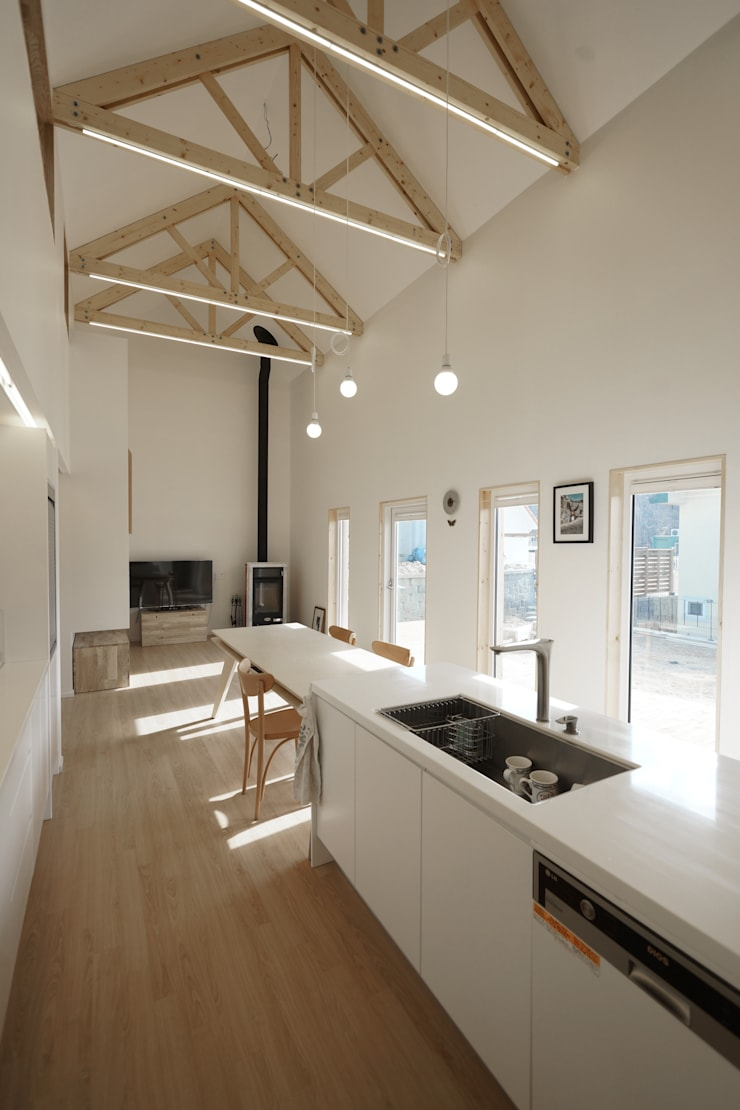 Sunlight House 빛이 쏟아지는 집: ADMOBE Architect의  다이닝 룸,