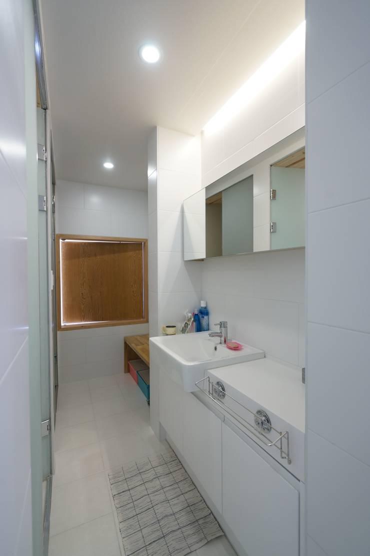 Sunlight House 빛이 쏟아지는 집: ADMOBE Architect의  욕실,