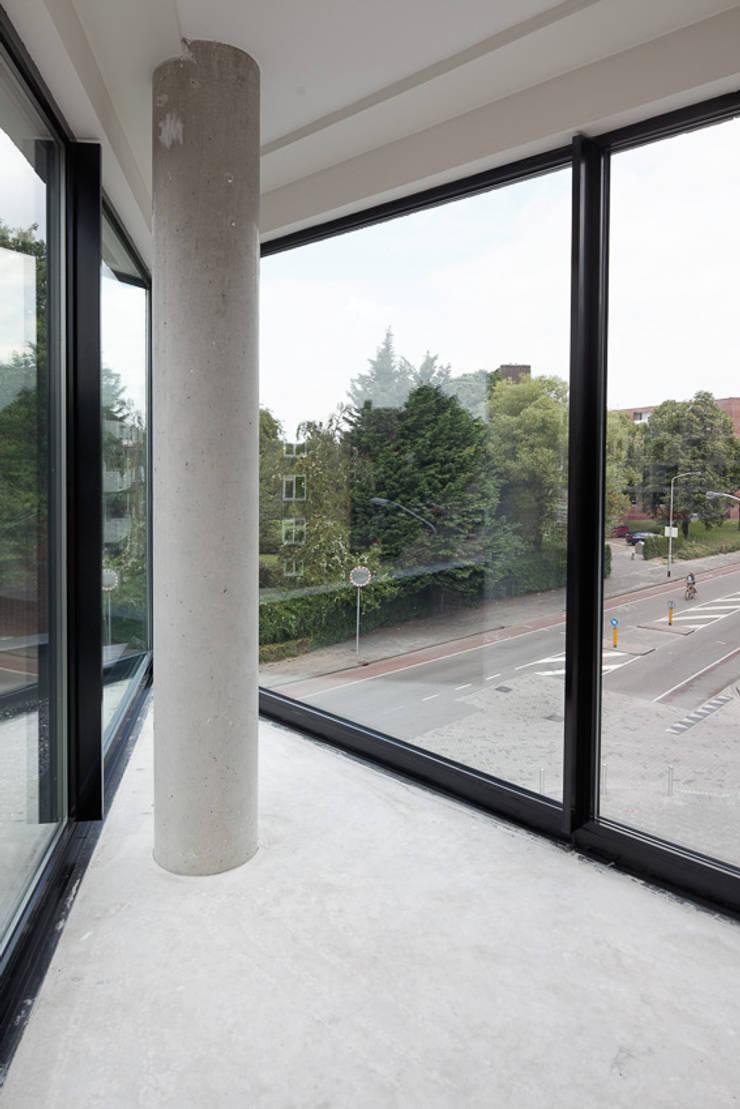 appartementen en commerciële voorzieningen:  Woonkamer door JMW architecten, Modern Glas