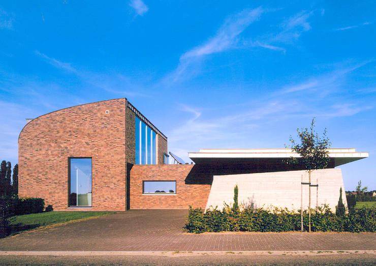 Moderne levensbestendige villa:  Huizen door Engelman Architecten BV, Modern