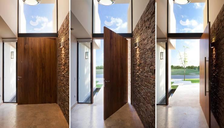 Ingresso & Corridoio in stile  di Speziale Linares arquitectos