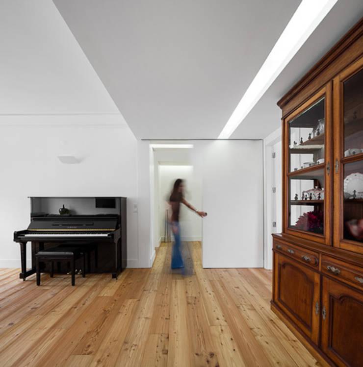 REMODELAÇÃO_APARTAMENTO RESTELO | Lisboa | PT: Salas de estar  por OW ARQUITECTOS lda | simplicity works