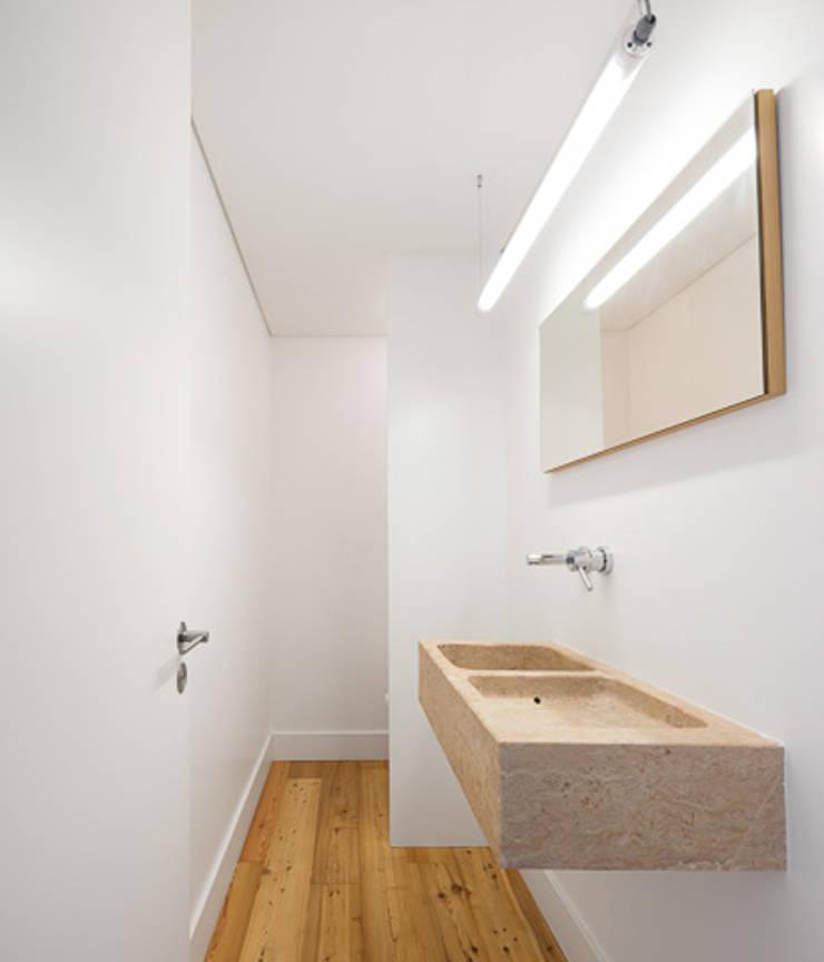 REMODELAÇÃO_APARTAMENTO RESTELO | Lisboa | PT: Casas de banho  por OW ARQUITECTOS lda | simplicity works