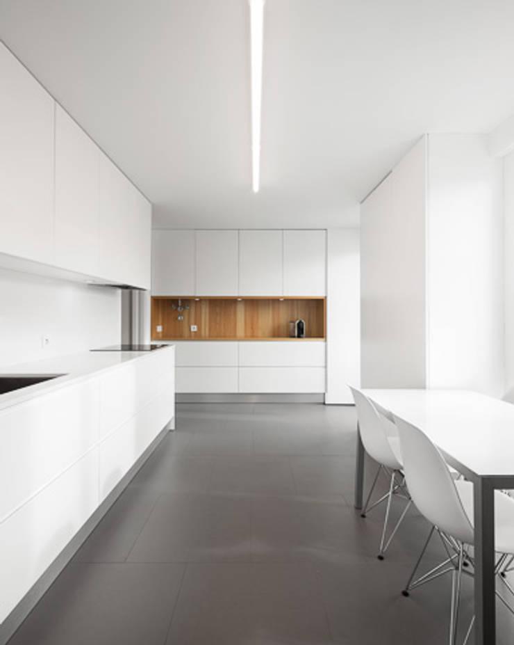 REMODELAÇÃO_APARTAMENTO RESTELO | Lisboa | PT: Cozinhas  por OW ARQUITECTOS lda | simplicity works