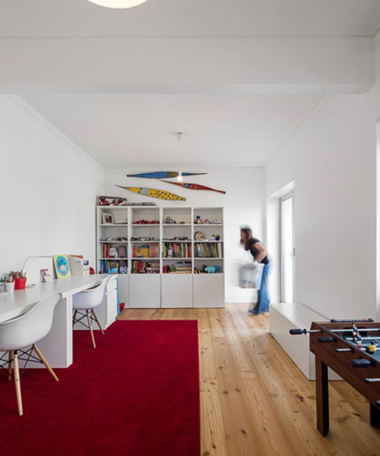 REMODELAÇÃO_APARTAMENTO RESTELO | Lisboa | PT: Escritórios e Espaços de trabalho  por OW ARQUITECTOS lda | simplicity works