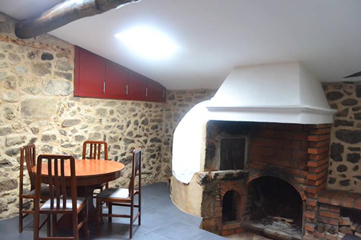 Sala de Jantar - lareira: Salas de jantar  por HAS - Hinterland Architecture Studio,Moderno