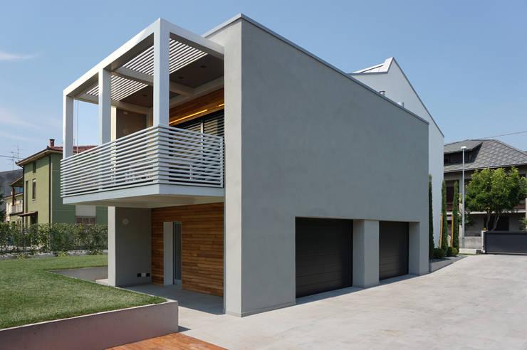 Vista volume ampliamento_Balcone in ferro a sbalzo: Terrazza in stile  di Plus Concept Studio