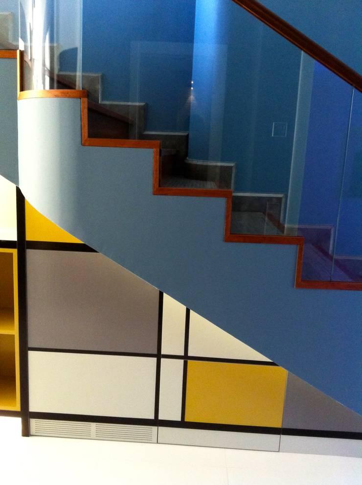 Mueble bajo escalera de alb ebanister a arquitectura for Piscinas portatiles colombia
