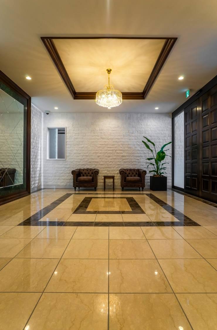 趣を残しつつ上質に生まれ変わったヴィンテージマンション: QUALIAが手掛けた廊下 & 玄関です。,