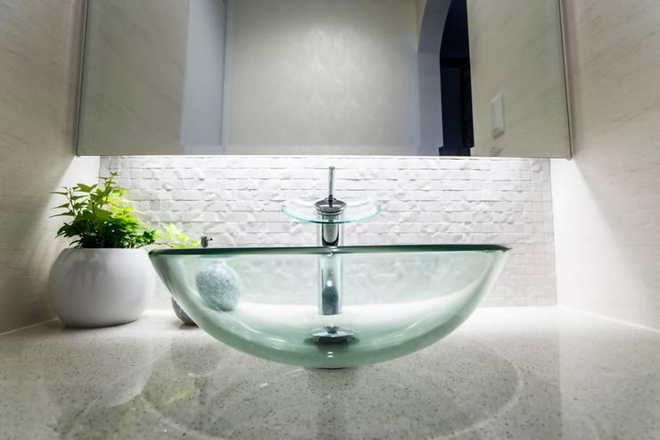アーチとアイアンが印象的な遊び心ある南欧風の住まい: QUALIAが手掛けた浴室です。