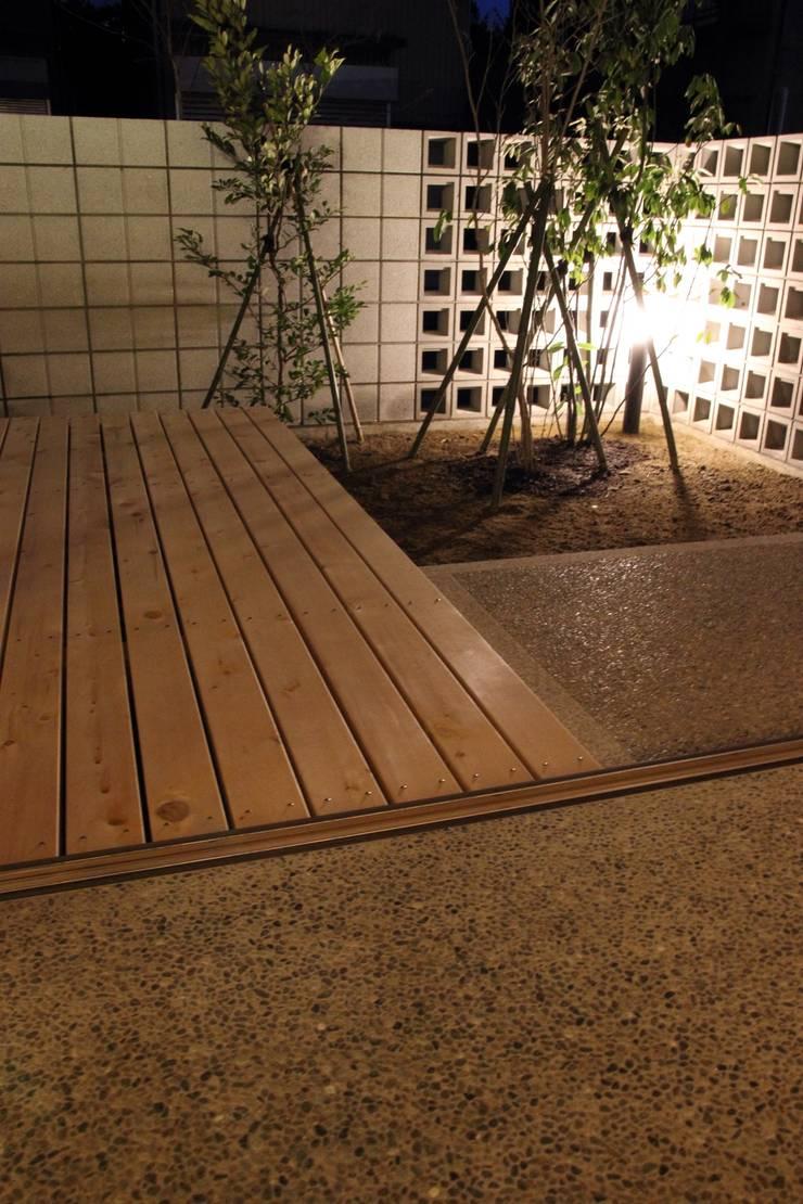 「土間のある小さくて広い家」: 尾脇央道(重川材木店)が手掛けたテラス・ベランダです。