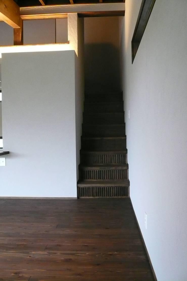 「Fさんち」: 尾脇央道(重川材木店)が手掛けた廊下 & 玄関です。,