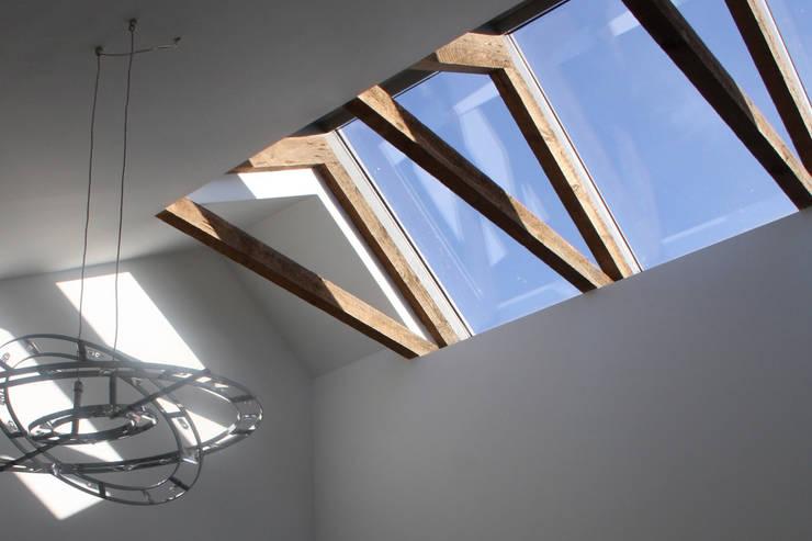 Spelend licht - verbouw woonhuis Silvolde:  Keuken door Dick van Aken Architectuur
