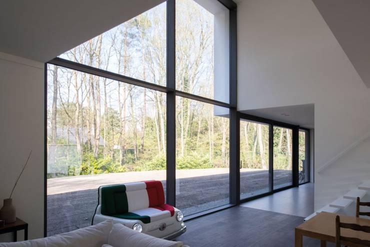 Project De Plankerij voor Summum - Interiors (http://www.summum-interiors.com):  Woonkamer door De Plankerij BVBA, Modern Hout Hout