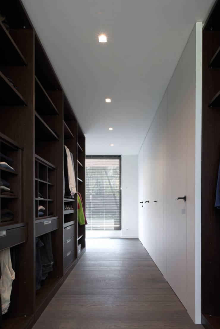 Project De Plankerij voor Summum - Interiors (http://www.summum-interiors.com):  Kleedkamer door De Plankerij BVBA, Modern
