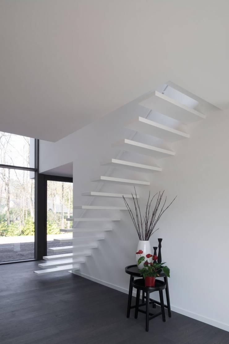 Project De Plankerij voor Summum - Interiors (http://www.summum-interiors.com):  Gang en hal door De Plankerij BVBA, Modern