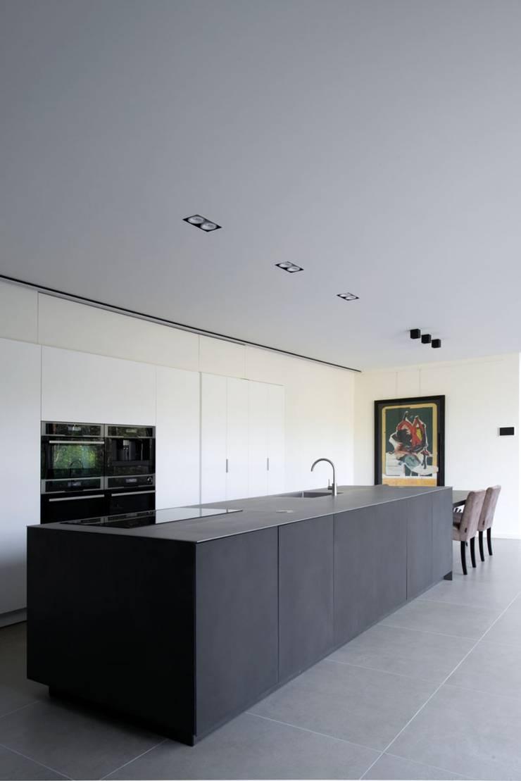 Project De Plankerij voor Summum - Interiors (http://www.summum-interiors.com):  Keuken door De Plankerij BVBA, Modern