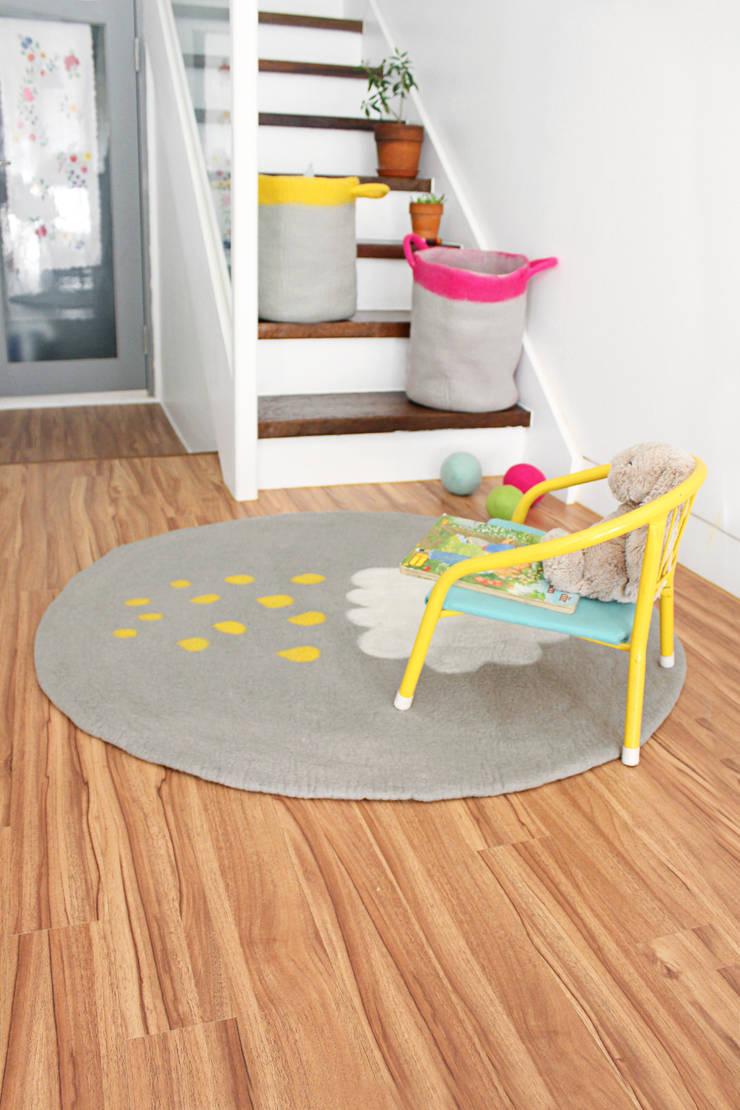 Yellow Cloud Rug & Multi Cloud Rug: bunt의  벽 & 바닥