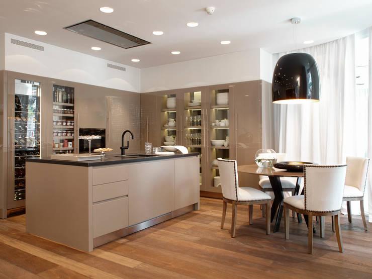 DUPLEX EN BARCELONA: Cocinas de estilo  de Molins Interiors