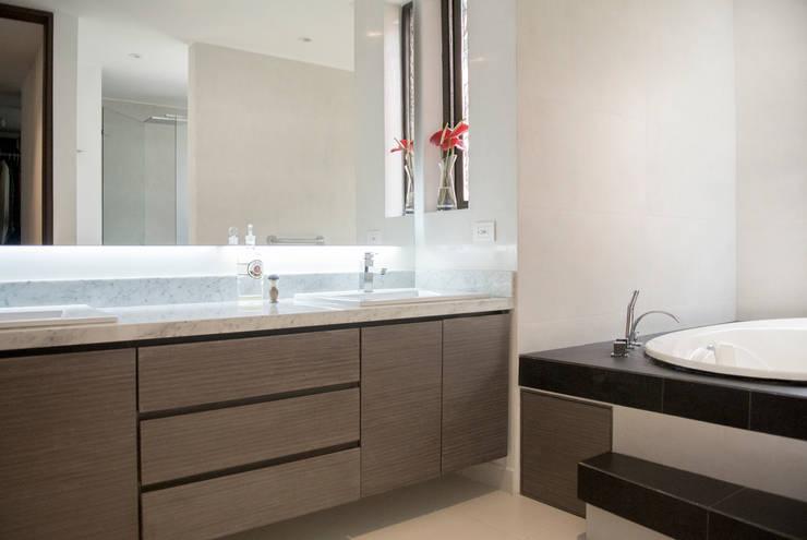 Baño Principal: Baños de estilo  por KDF Arquitectura, Moderno Mármol