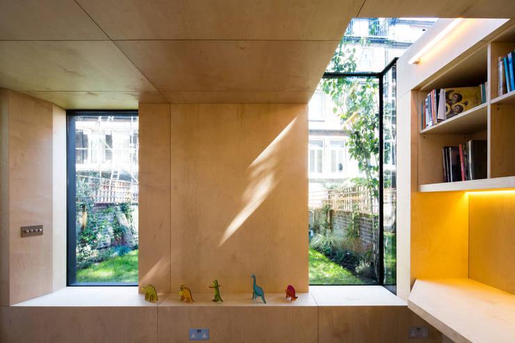 Projekty,  Domowe biuro i gabinet zaprojektowane przez Neil Dusheiko Architects