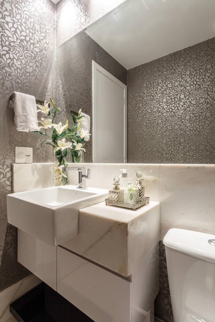 Apartamento Alphavile: Banheiros  por Morávia - Arquitetura e Interiores