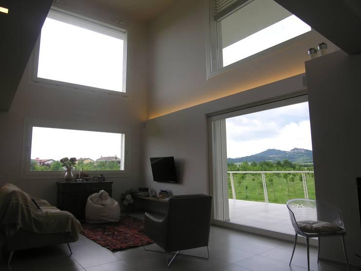 zona giorno: Soggiorno in stile in stile Moderno di Studio di Architettura e Ingegneria Brasina-Rubino