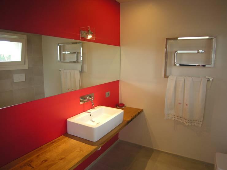 bagno: Bagno in stile in stile Moderno di Studio di Architettura e Ingegneria Brasina-Rubino