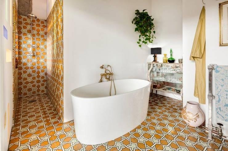 O estilo vintage de Hackney: Casas de banho  por MOSAIC DEL SUR