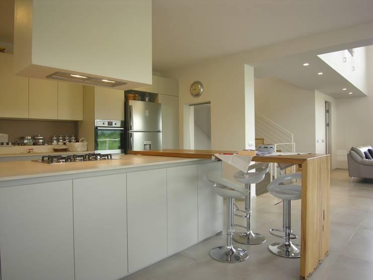 cucina: Cucina in stile in stile Moderno di Studio di Architettura e Ingegneria Brasina-Rubino